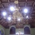 pohľad na luster a kazetový strop v hlavnej pojednávacej miestnosti