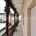 balkón v dvornom trakte s liatinovými stĺpmi a zábradlím