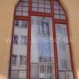 okno na Robotníckom dome s čiastočne zachovanými pôvodnými sklenenými výplňami z mliečneho skla