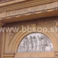detail výzdoby priečelia hrobky