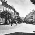 """Horná ulica okolo roku 1925 (v pozadí budova kaviarne """"Hungária"""")"""