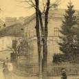 pre výučbu žiakov prvého ročníka ľudovej školy slúžili priestory domu na Bakossovej ulici č. 4 v ľavej časti záberu (dnes Penzión Kúria), v pozadí vidno zbytky múrov zlatníckej bašty
