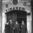 portál domu na Hlavnom námestí č. 6 v roku 1935 (druhý zprava je majiteľ vinárne Pavel Wágner, spolu s bratom Karolom vlastnili ešte Hotel Wágner na Hlavnom námestí č.17)
