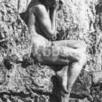 socha sediacej ženy s džbánom, z ktorého vytekala do fontány voda