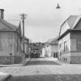 ulica Za kasárňou v roku 1928 (dnes križovatka ulíc V.F.Bystrého a Kollárovej), v pozadí vidno židovský cintorín na Rudlovskej ceste.