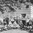 chovanci na dvore sirotinca (v pozadí budova rim. kat. ľudovej dievčenskej školy, asanovanej v roku 1979)