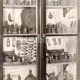 vitrína z pôvodnej expozície múzea (sošky roľníka, drevorubača a pastiera, zbierka drevených a hlinených črpákov, opaskové pracky, formy na oštiepky)