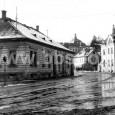 """1954 - križovatka Hornej a Kukučínovej ulice (na mieste asanovaného domu je dnes parkovisko a tržnica pred """"starým Priorom"""")"""