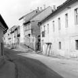 1984 - ulica Horná Strieborná pri pohľade od námestia (objekt v pravej časti záberu bol stavebne upravený, preluka medzi domami bola zastavaná novým polyfunkčným domom)