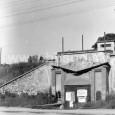 vchod do bývalých pivovarských pivníc Na Troskách pri kruhovom objazde (rok 1974)