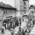roľnícky trh na Námestí Š. Moyzesa (rok 1954). Dva domy v ľavej časti záberu museli neskôr ustúpiť výstavbe Domu potravín.