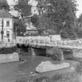 provizórny most cez Hron pod mäsiarskou baštou, na zábere aj vidno zbytky pilierov pôvodného železobetónového mosta (rok 1955)