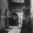 dvor domu na Dolnej ulici č. 5 (rok 1995)