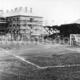 futbalové ihrisko na Uhlisku, v pozadí výstavba slobodárne (ulica Na Uhlisku č. 14, rok 1954)