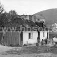 dom za hormým mostom pod mäsiarskou baštou, v pozadí bytový dom na Hronskom predmestí (rok 1956)