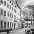 domy na Hutnej ulici (Cesta na štadión) v roku 1956. Dnes je v týchto miestach vjazd do podzemných garáží Europa SC.