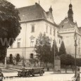 automobil Laurin & Klement 110 na Skuteckého ulici v blízkosti budovy sedrie v roku 1932