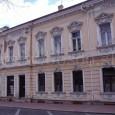 """plechové rolety sa zachovali na výklade, vstupe a oknách na prízemí budovy, v ktorej je dnes pivovar """"Perla"""""""