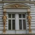 sochy atlantov podopierajúcich fronton, na fasáde domu na Dolej ulici č. 9