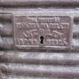 """detail prekrytia zámku na plechovej rolete s menom výrobcu (bývalé potraviny """"U Drobkov"""" na Uhlisku)"""