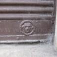 """detail spodnej časti plechovej rolety (bývalé potraviny """"U Drobkov"""" na Uhlisku)"""