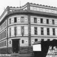 budova Národnej banky krátko po dokončení v roku 1932 (v pravej časti záberu vidno informačnú tabuľu s menom architekta a názvom stavebnej firmy)