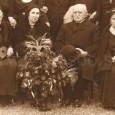 """Elena Maróthy - Šoltésová na """"zlatej svatbe"""" svojej sestry v roku 1933 (prvá zprava), sestra Izabella s manželom Dr. Jánom Slávikom - evanjelickým kňazom (v strede), spisovateľka Terézia Vansová (prvá zľava)"""