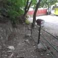 stav chodníka od železničnej stanice pred vyčistením