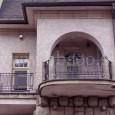 """na kovanom zábradlí balkóna su iniciály staviteľa domu Aloisa Peierbergera """"AP"""""""