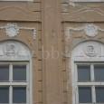 2 zo 4 medailónov s motívom anjelov nad oknami domu č. 6 na Námestí Štefana Moysesa