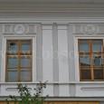 2 zo 4 medailónov s motívom anjelov nad oknami domu č. 5 na Hornej ulici